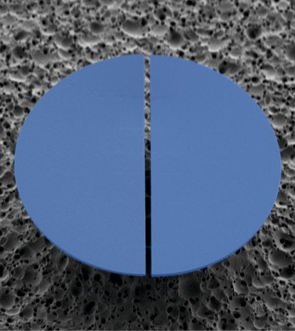 In einem Mikroresonator aus farbigen Kunststoff lässt sich Laserlicht verschiedener Frequenzen erzeugen. (Bild: Siegle/KIT)