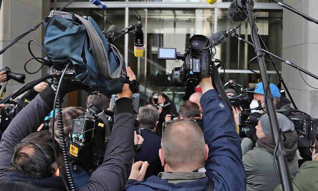 Foto: Eine dichte Menge von Journalisten gehen hinter Kanzlerkandidat Armin Laschet auf ein Regierungsgebäude zu