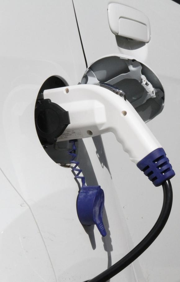 Per Stecker lädt man die Batterie des Elektroautos an der Stromtankstelle. (Bild: KIT)