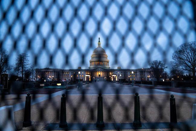 Foto: Das U.S. amerikanische Capitol durch einen Zaun fotografiert
