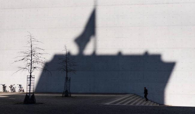 Foto: Schatten der Fahne auf dem Bundestag an der Wand des Paul-Löbe-Hauses