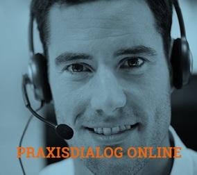 Das Bild zeigt das Key Visual der Praxisdialog-Veranstaltungsreihe: ein Portrait einer männlichen Person mit Headset. Das komplette Bild ist mit einem blauen Filter überzogen. In orangener Schrift steht unten mittig Praxisdialog online / Quelle: Zukunft Altbau